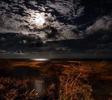 Vollmond über dem Wasser in  Coruripe, Alagoas - Brazil, Photo by Alfredo J.G.A. Borba, Creative Commons