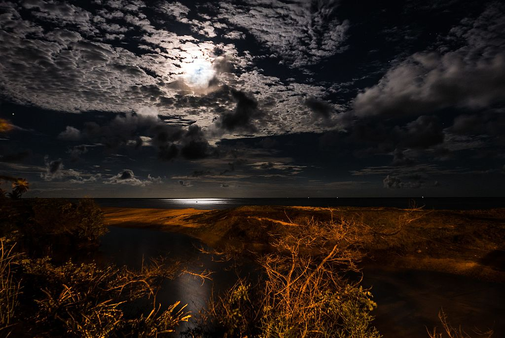 Vollmond über dem Wasser in  Coruripe, Alagoas - Brazil, Photo by Alfredo J.G.A. Borba, Creative Commons